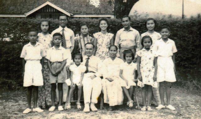 Ang family around 1948 Mrs Koh (back row, far right)