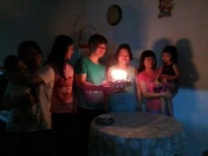 燕萍与哥哥姐姐为刘妈妈庆祝生日