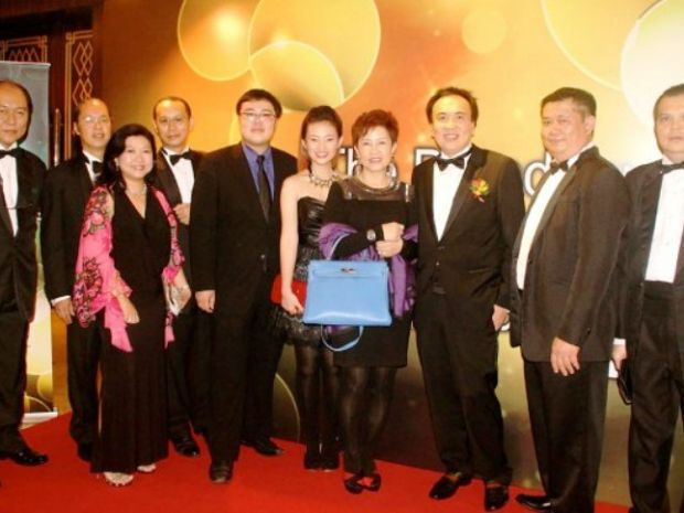 Dato Sri Michael with his family and Grand Saisaki Headquarter staffs. Mr Loke is second from the right.