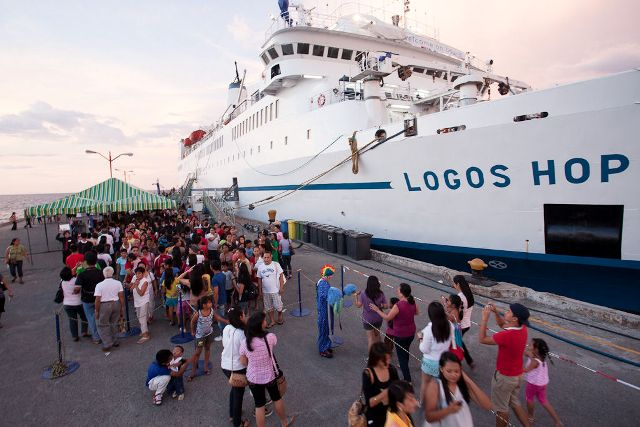San Fernando, Philippines :: Crowds queue on the quayside to board Logos Hope.