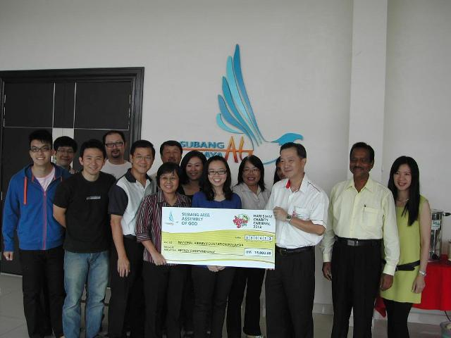 Cheque presentation to Kidney Foundation