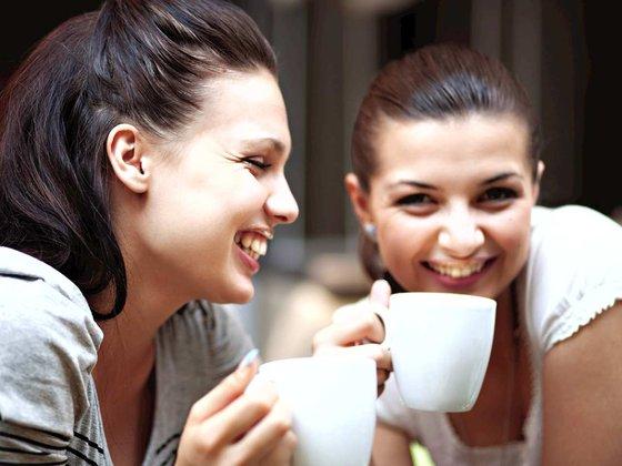 MANPDDI_Friends_smiling_and_enjoying_beverages