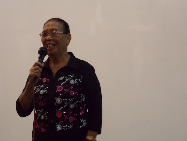 Nanoya Taungke memberi pujian kepada Tuhan