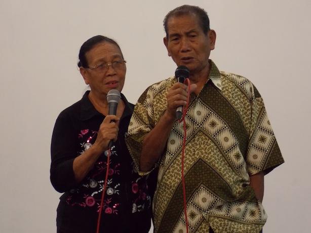 Singgo Taungke dengan isterinya, Nanoya Taungke, memuji Tuhan dengan nyanyian