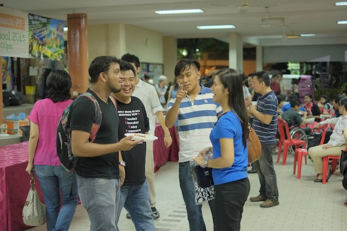 Karen Ngoi (right-most) talking to other young volunteers