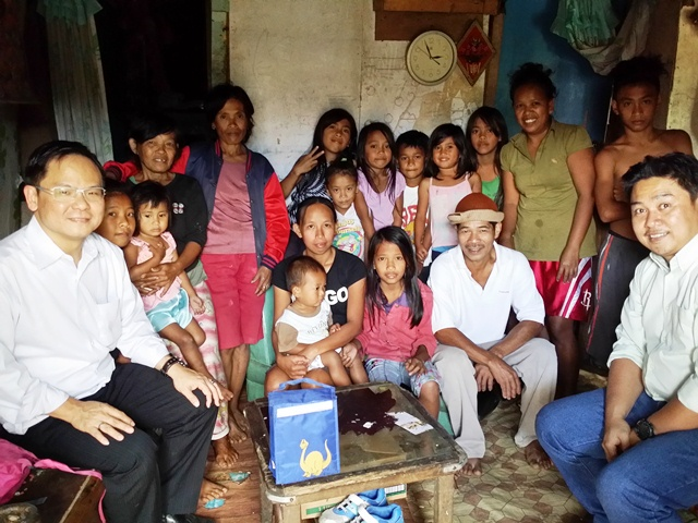 Eddy Yong (far left) with folks in Tagatay