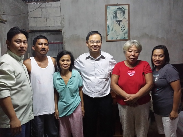 Eddy Yong (second from right) with Pr Jhoy (far left) healing the lungs of a lady in Tagatay