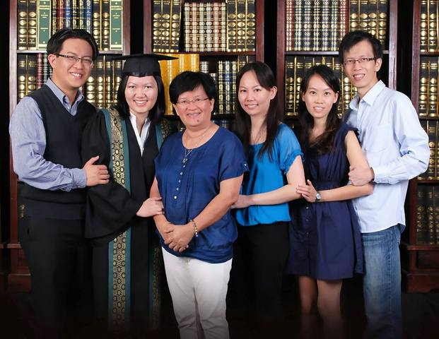 Su Chen (2nd from left) graduating with Masters and her family