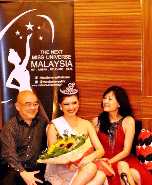 Carey Ng posing with her parents, after having crowned as Miss Universe Malaysia