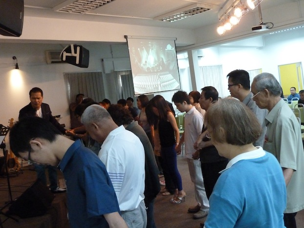 Pr Ray-An praying for the congregation