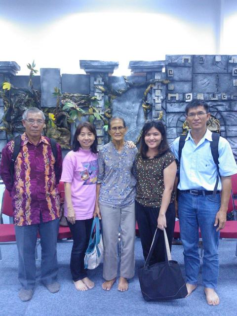 Teo Jin Mei (2nd from right) with fellow prayer warriors in the SIB noon watch prayer, where the Lord touched her deeply