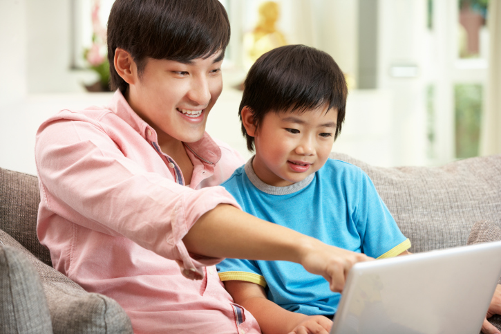153098934-Father-and-son-on-laptop