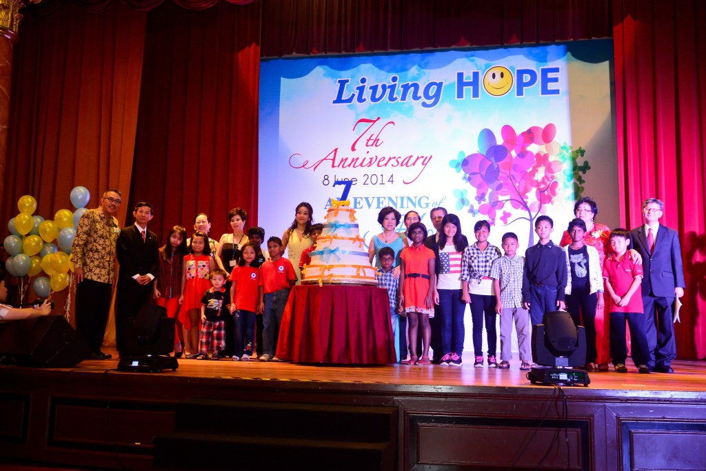 Founder of Living HOPE Dr Peggy (first lady on the right side of the cake) with the organizers of An Evening of Hope chairty