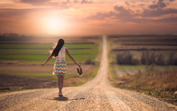 girl-on-the-road-bare-feet-600x375