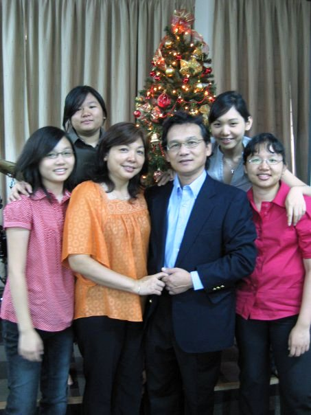 Pr Happy Yang and her late husband Alex Yang, with their daughters