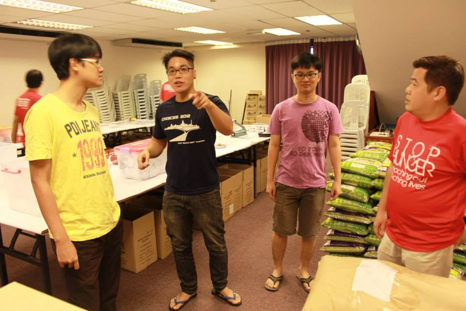 Students of Multimedia University Melaka participating in the packing process