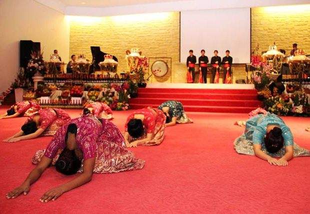 Dancers bowing in worship of the Lord