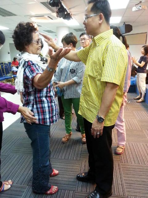 Eddy Yong praying for one of the attendee