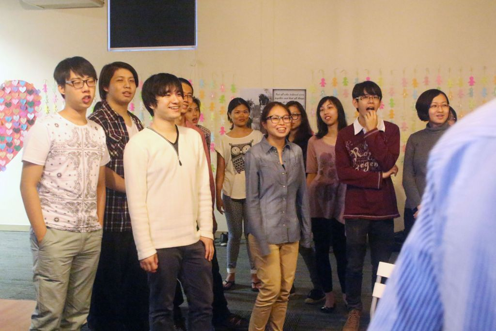 The attendees participating in an icebreaker game