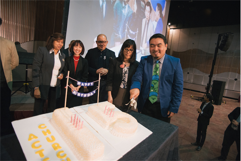 Senior Pastor Kenneth and Sandra Chin cutting the enormous cake. (Compliments of Actsposure, the photography ministry of Acts Church