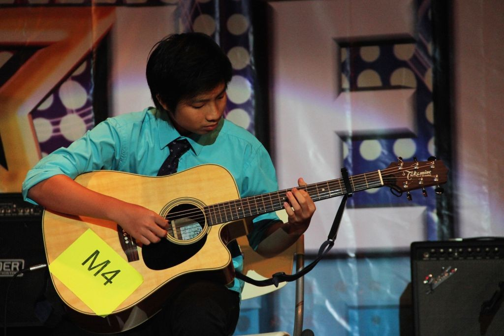 "Goh Xi Wen playing ""My Heart Will Go On"" on the guitar"