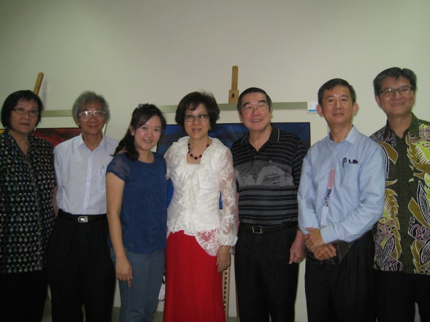 Dr Peggy Wong (middle) with Pr Dr Chew Weng Chee of SIBKL (3rd from right); Tommy Chen, painter of the book front cover (2nd from right); and her brothers and sisters-in-Christ who contributed and supported the launching of her book