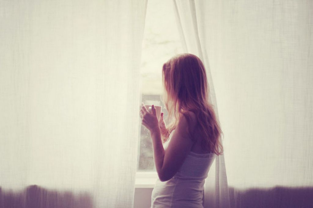 Ref: read.plash.in   http://read.plash.in/wp-content/uploads/2014/12/Young-girl-looking-through-window.jpg