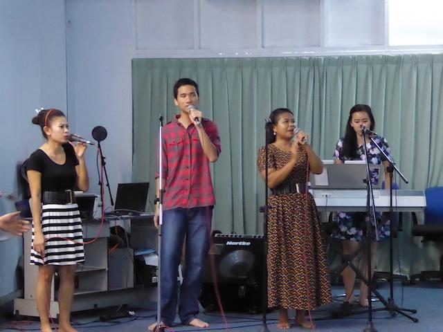 Penyembah-penyembah Tuhan dalam nyanyian memuliakan Tuhan