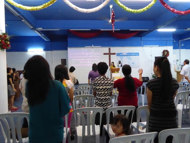 Orang-orang percaya Tuhan yang sedang memuji Tuhan di Hosanna Praise Assembly, Kajang