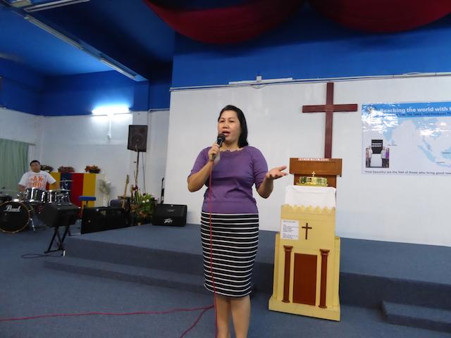 Pastor Etmi, isteri pastor Joshua, yang juga berkhutbah