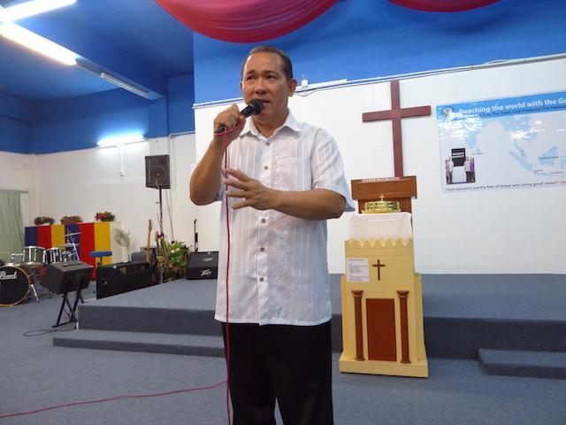 Pastor Joshua yang sedang berkhutbah