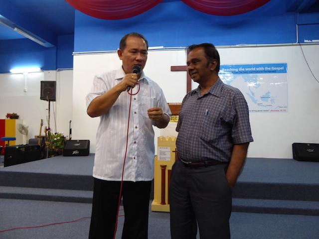 Pastor Joshua Ong (sebelah kiri) dengan Pastor Daniel