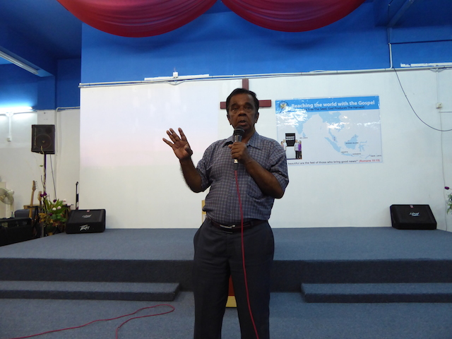 Pastor Daniel sedang berkhutbah tentang kesaksiannya mendengar suara Tuhan