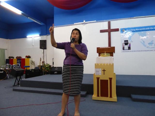 Pastor Etmi yang sedang memberi pujian kepada Tuhan dalam doanya