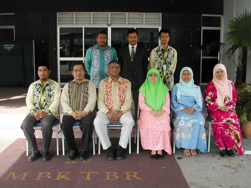 Wrutheran with his colleagues in Jabatan Sains of the Teachers College in Kuala Terengganu