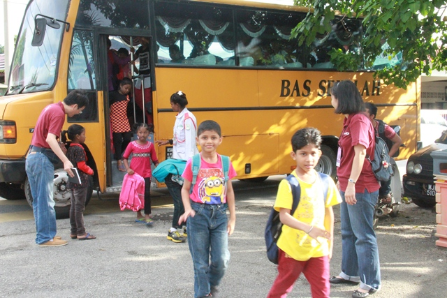 Arrival of the poor children of Jinjang Utara at the school by a AGN-sponsored bus