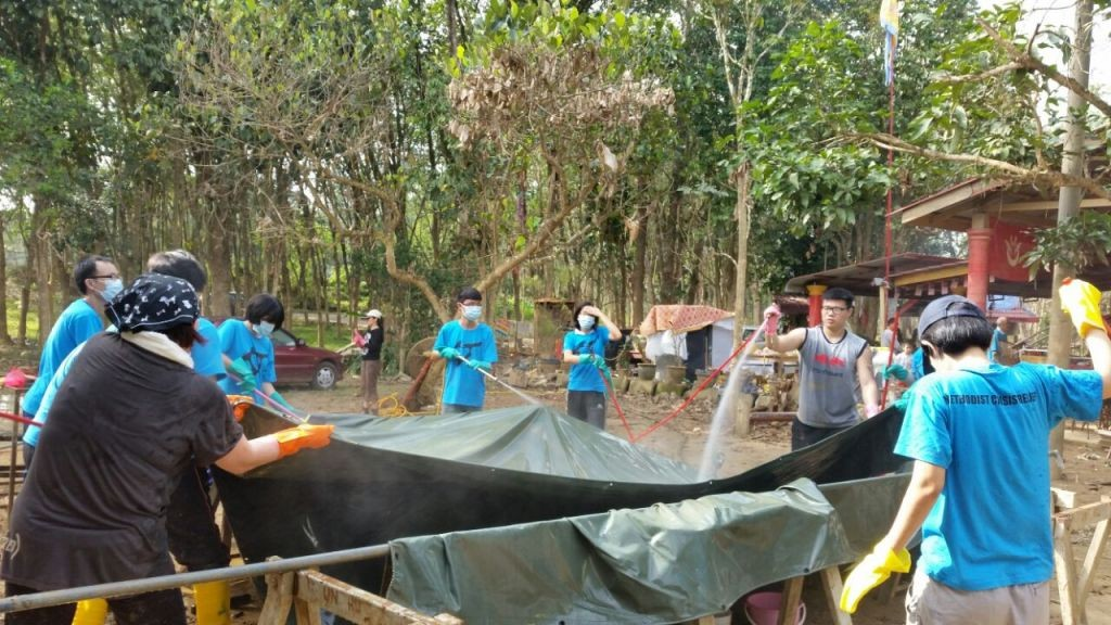 Volunteers from FGA KL working tirelessly to help clean the area after the floods