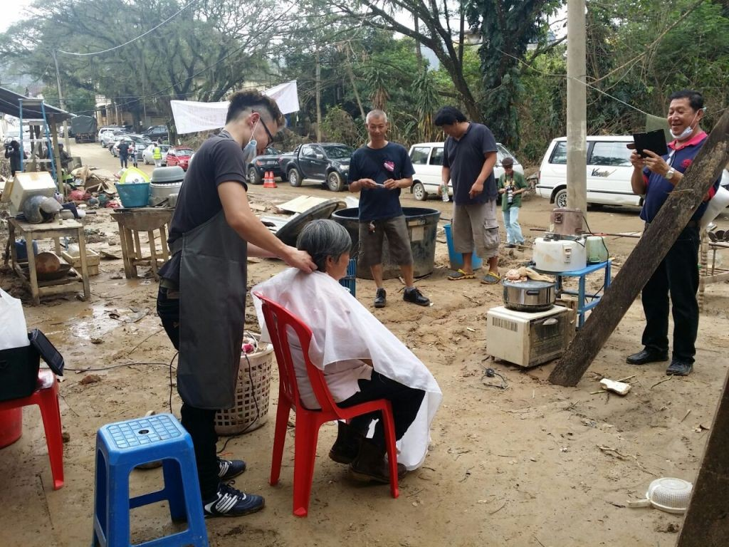 The group of doctors, nurses, and hairdressers who came from Ipoh to help the flood victims