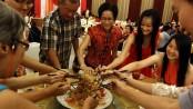 Ref: restaurantmealprices   https://www.restaurantmealprices.com/wp-content/uploads/2014/07/Food-Sharing-RestaurantMealPrices.jpg