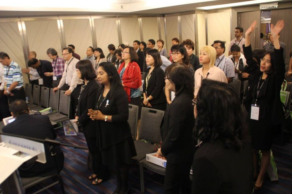 Haggai Institute participants worshipping God