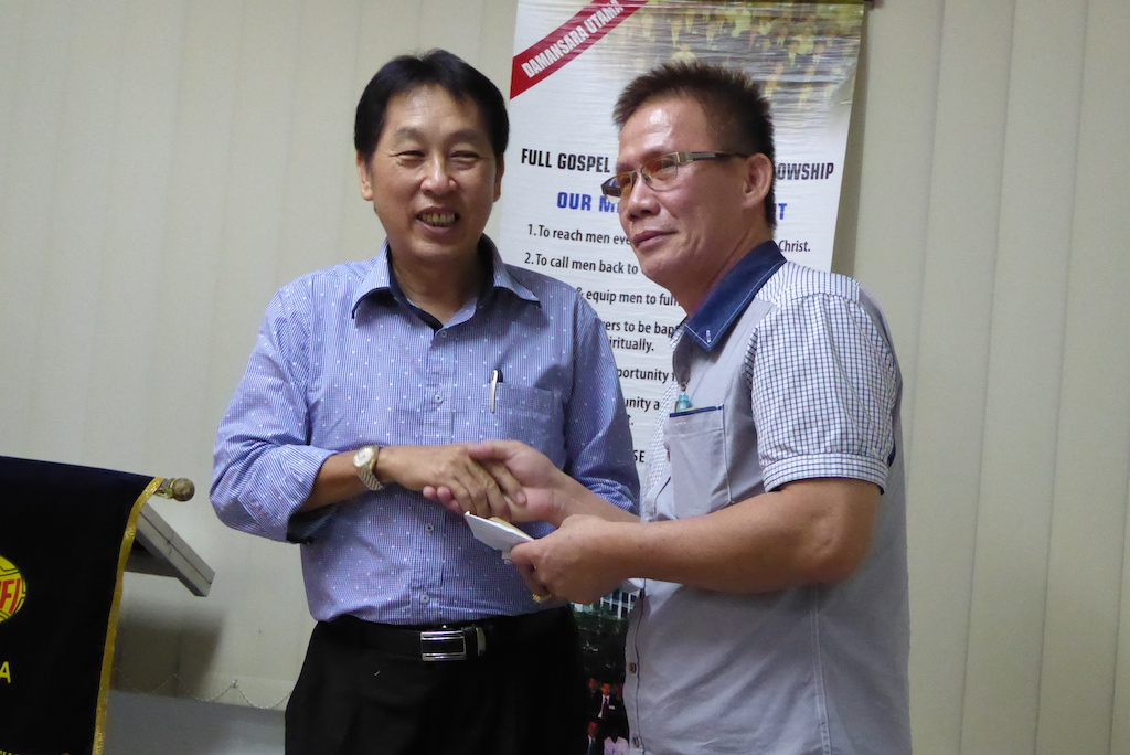 Bro Victor Liew (left) shaking hands with Bro Sam Kian Seng in appreciation of his sharing